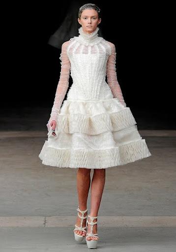 къса сватбена рокля и обувки Alexander McQueen
