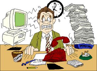 Homem deseperado com pilhas de papéis, telefones, café e pontas de cigarro em escritório