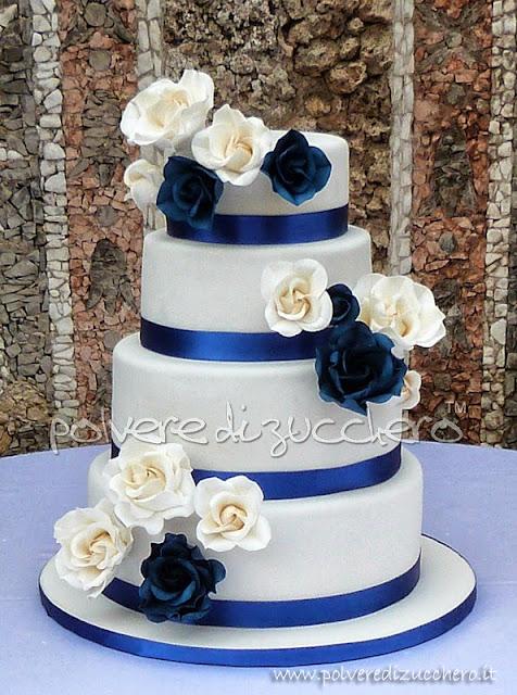 Torta nuziale con rose bianche e blu cina, Wedding cake 4 piani bianca ...