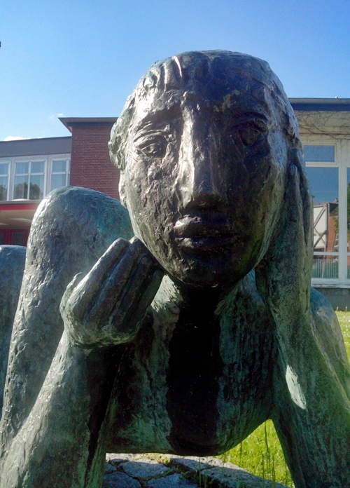 Große Liegende, Bronze von Maria Pirwitz