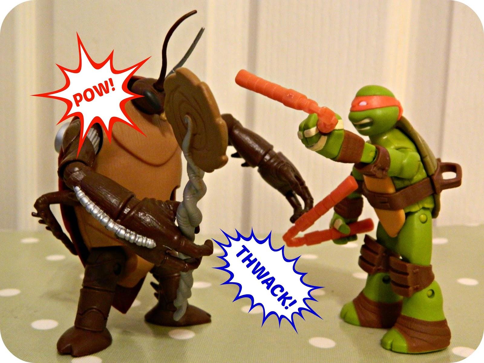Teenage Mutant Ninja Turtles Battle Shell Michelangelo and Cockroach Action Figure Fighting