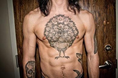 Tatuagem de pavão no peito masculino