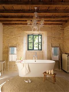 casa de piedra bañera con escaleras como toalleros