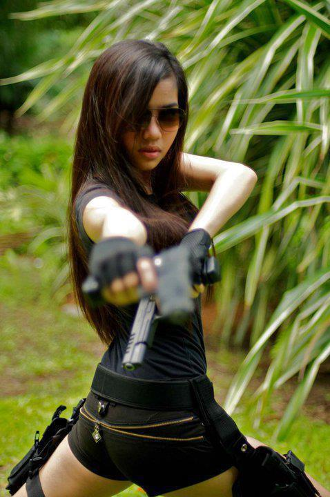hot lara croft - tomb raider cosplyer