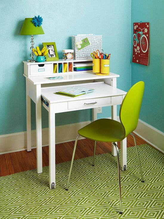 Small Bedroom Desk 550 x 733