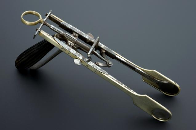 Antiguo material médico: guillotina de amígdalas.