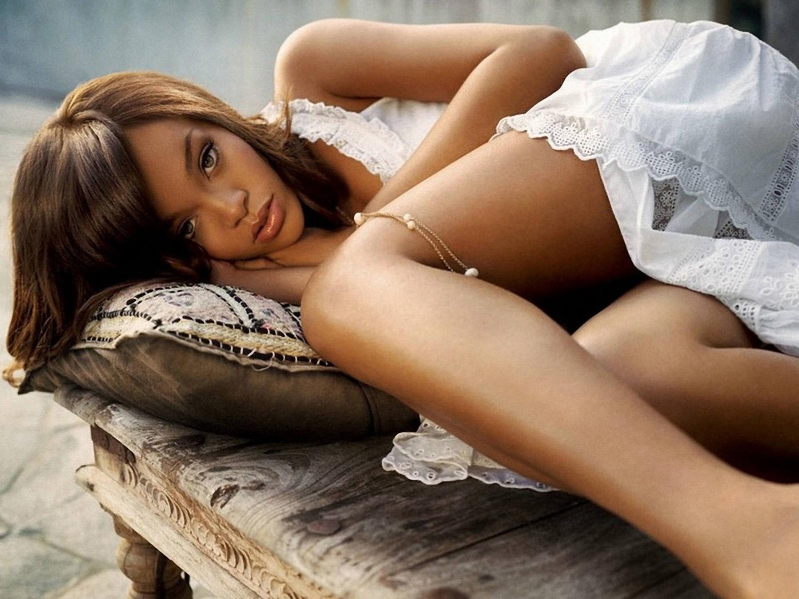 http://3.bp.blogspot.com/-YGy6XTtZyG8/Tyaosn5WjCI/AAAAAAAAC8w/3wJAMTpOzTg/s1600/Rihanna-wallpapers-2012-5.jpg