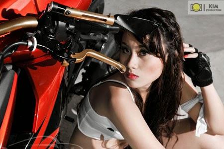 Người đẹp khoe vòng 1 khủng cùng siêu mô tô