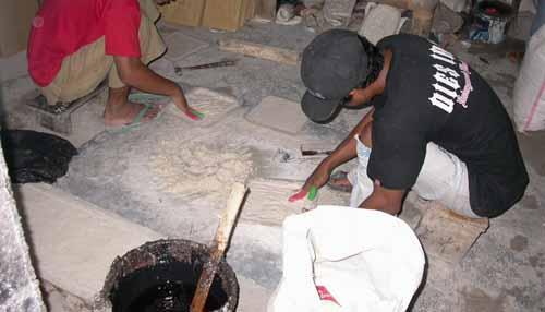 Proses dan cara membuat batu cetak resin harus dilakukan dengan tangan