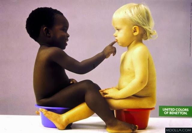 Propaganda da United Colors of Benetton - crianças no penico (uma negra e uma branca)