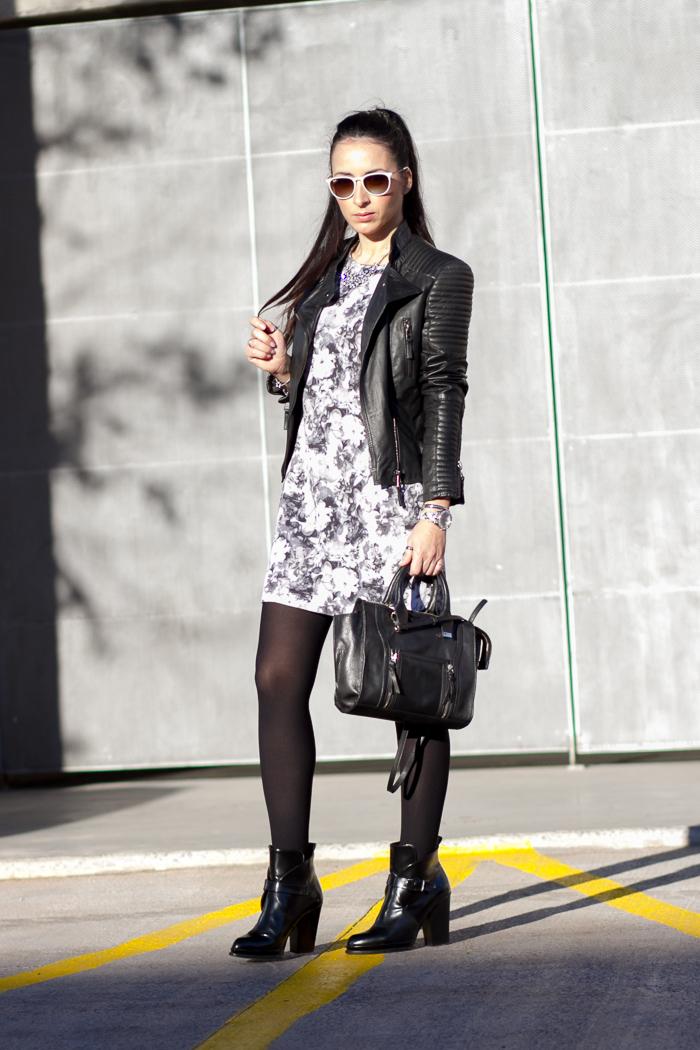 Look con vestido de neopreno de flores en blanco y negro con chaqueta de cuero acolchada de Zara Blogger de moda Valenciana