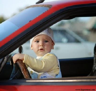 Image bébé dans une voiture rouge