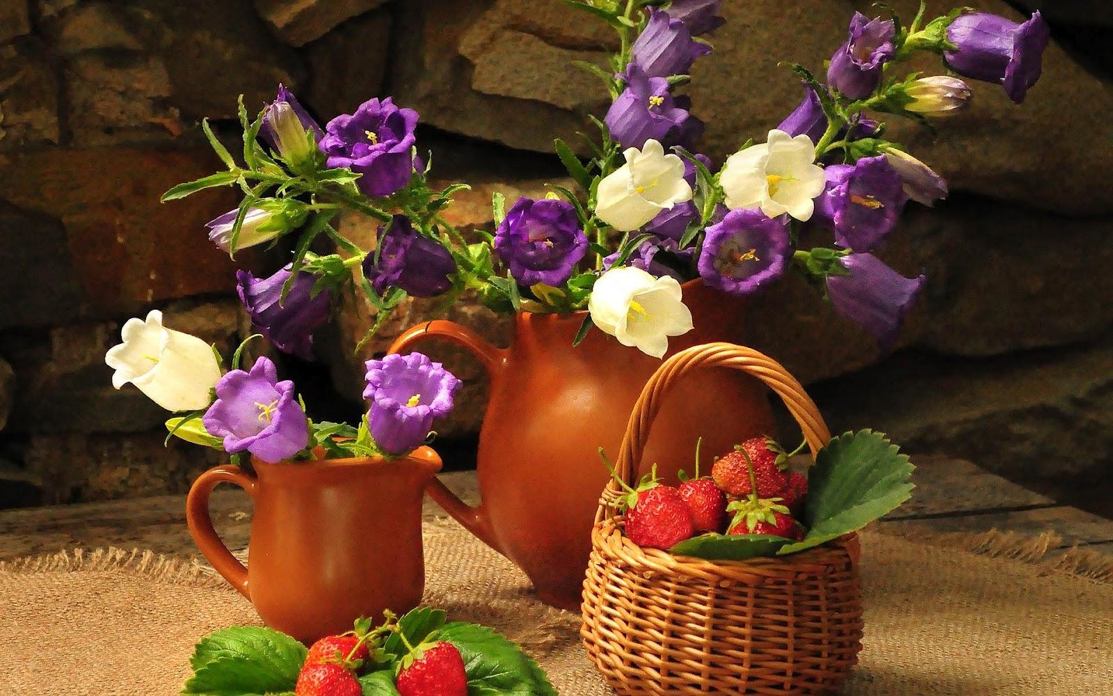 http://3.bp.blogspot.com/-YJ5AAi_XLbI/UEz0Jh8AjtI/AAAAAAAAHJ0/EC6wAlAfRF8/s1600/hd-bloemen-wallpaper-met-paarse-en-witte-bloemen-en-een-mand-vol-aardbeien-achtergrond-foto.jpg