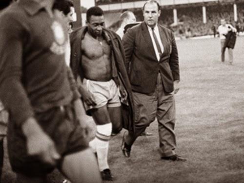 Pelé sai de campo cabisbaixo depois de eliminação brasileira.