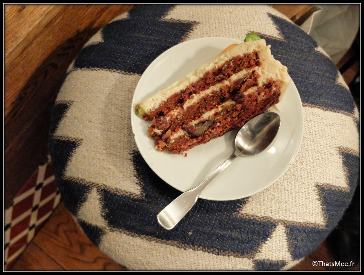Cafe Loustic coffee shop rue Chapon Paris déco cosy Marais, café enseigne lumineuse vintage, carrit cake gateau à la carotte