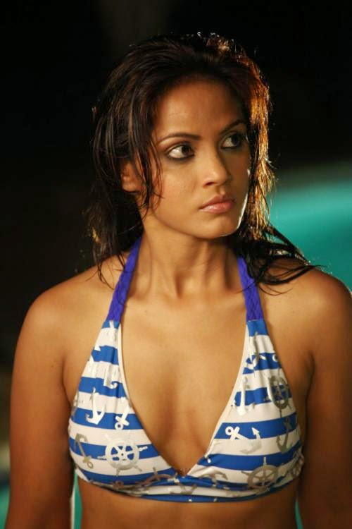 Neetu Chandra without make-up real life pics : Neetu Chandra Hot Pics In Swimming Pool