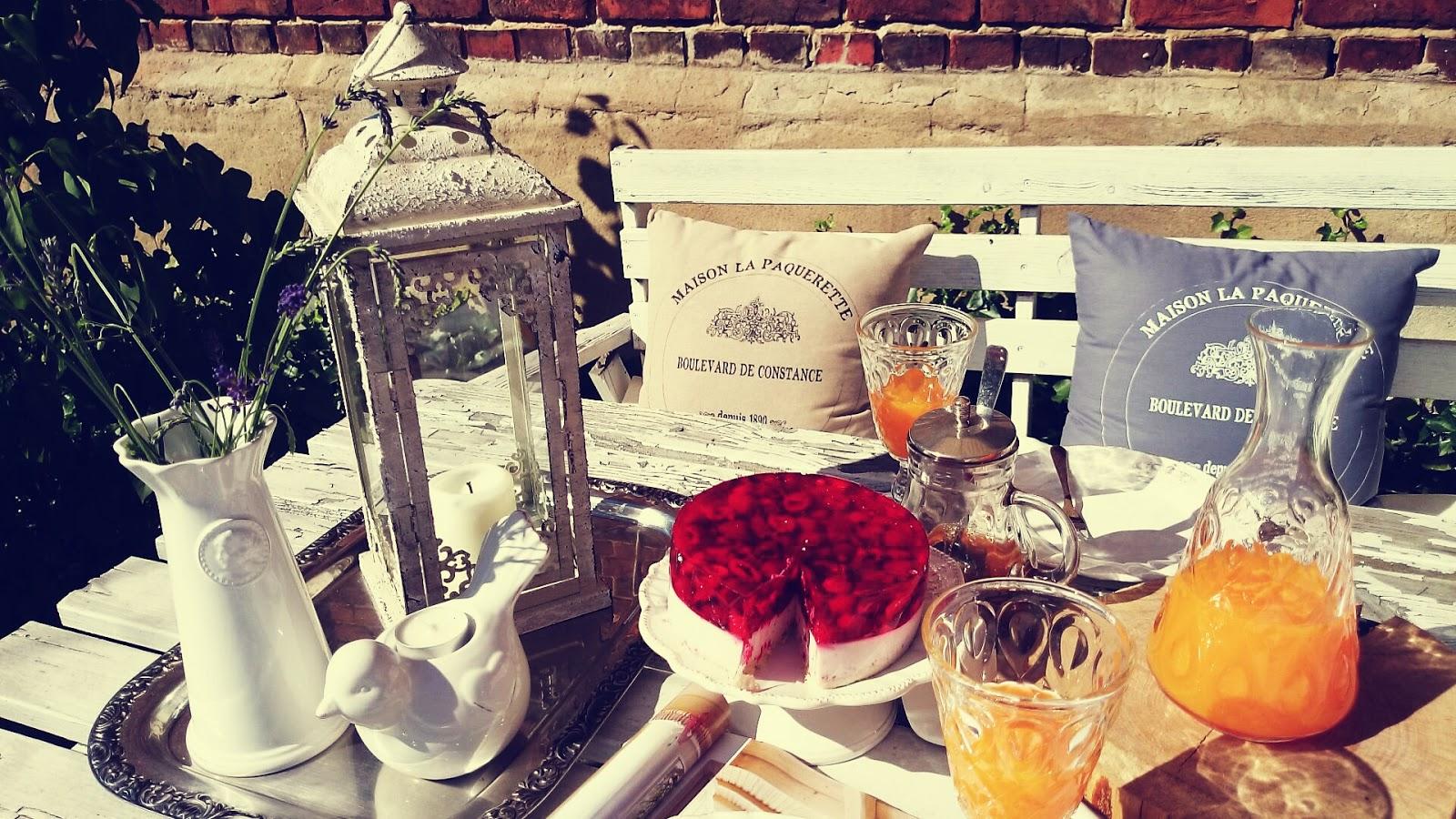 Prowansalski lampion, francuskie poduszki dekoracyjne, stylowa ceramika stołowa, ciasto z malinami, dekoracyjny świecznik na tealight, stylowy wazon