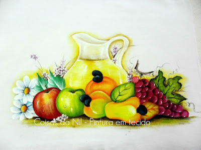 pintura em tecido jarra com suco e frutas caju, maça e uva