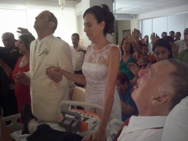 Filha casa no hospital para pai ver cerimônia
