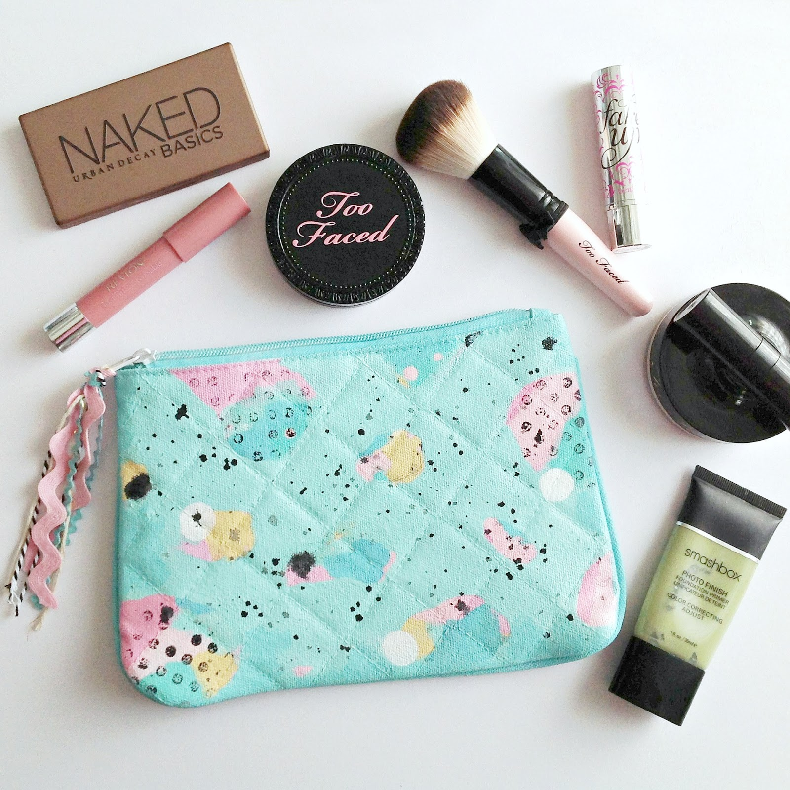 Makeup Bags Calling all makeup lovers and beginners, find super cute makeup bags at Forever 21 to carry all your must-haves. Browse from graphic to glittered styles & more.