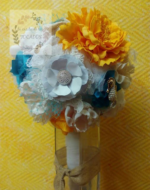 ramo de novia vintage realizado a mano con tejidos, tul y broches