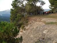 L'avituallament de Roca-Sitjana sobre la cinglera i els Cingles de Gallifa a l'esquerra