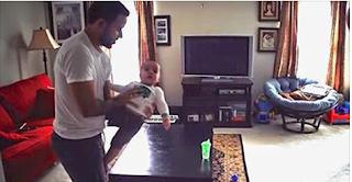 قام بتتبيث كاميرا لمراقبة منزله وهو رفقة بنته الصغيرة لكن ما شاهدته الزوجة في نهاية الفيديو جعلها تبكي