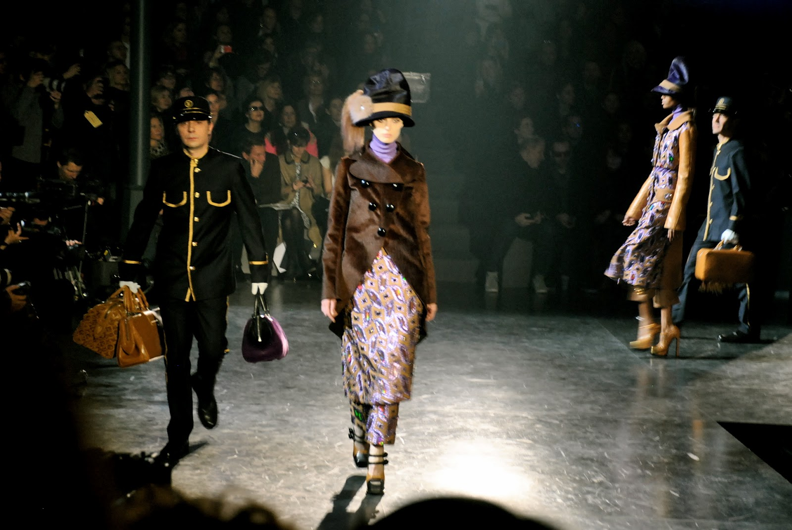 http://3.bp.blogspot.com/-YNGZ3koDSVY/T2mhjQAUTqI/AAAAAAABHcc/ihz0M5nwNnc/s1600/Louis+Vuitton+Fall+2012+Runway+Show+Train+Paris+Fashion+Week+Review+by+Kristin+Knox+The+Clothes+Whisperer+Blog_0711.JPG