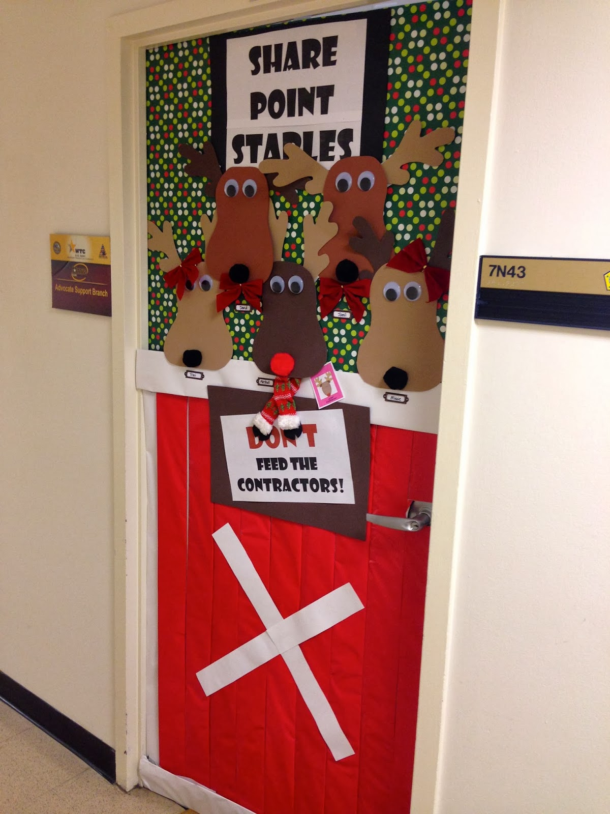 Fabulous Army Life Holiday Door Decorating Contest ~ 003938_Christmas Decoration Ideas For Doors Contest