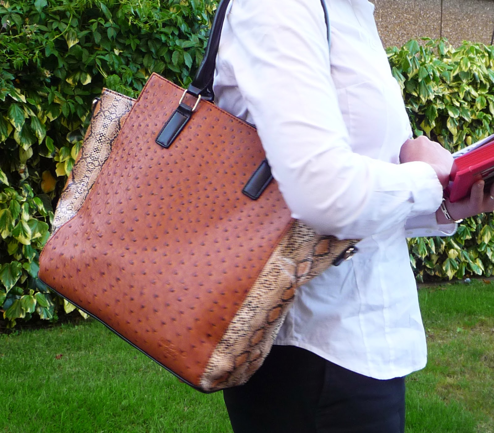 http://www.ebay.fr/itm/sac-a-main-feminin-facon-autruche-python-shopper-marron-femme-elegante-PAS-CHER-/301206431390?ssPageName=STRK:MESE:IT