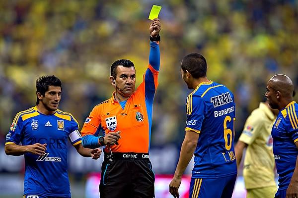 Paul Delgadillo, el árbitro de la Final del Apertura 2014, entre América y Tigres. Aquí lo vemos sacando la tarjeta roja número 42 del partido | Ximinia