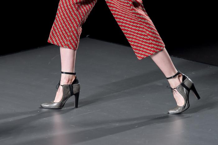 ANA LOCKING zapatos atados al tobilo complementos desfile de la MBFWM Madrid colección American Landscape
