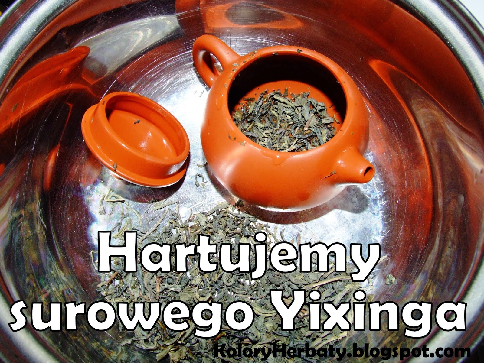 Czajniczek z glinki Yixing w metalowym garnku z liśćmi zielonej herbaty przytotowany do gotowania.