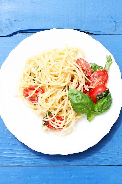 Spaghetti Caprese mit Nuss- Käse, Das vegane Familienkochbuch