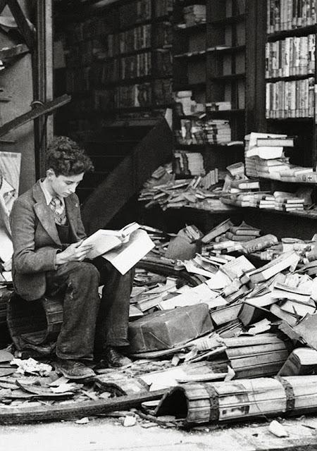 Книжный магазин в Лондоне, разрушенный воздушным налетом, 1940 г.