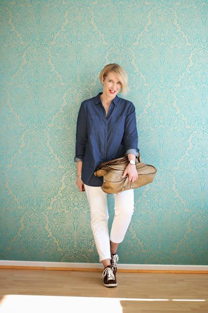 Blaues Jeanshemd zur weißen Jeanshose und eine Gewinnerin