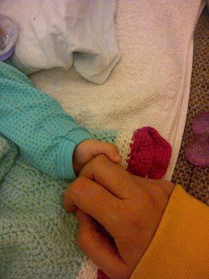 Schlafen im Familienbett Kleinkind schläft bei den Eltern Elternblog Runzelfuesschen