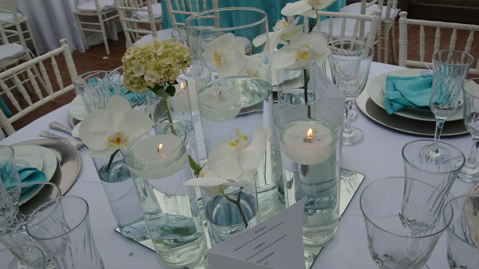 decoracao casamento hortencias azuisArranjos em tubos com água