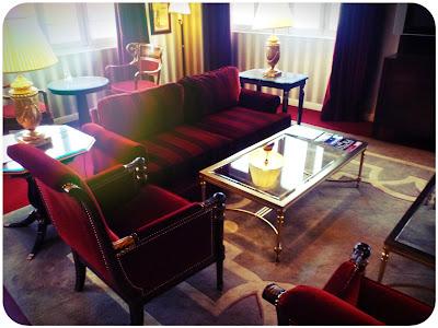 Roter Plüsch, Glas, Marmor, Mustertapete, schwere Teppiche ...