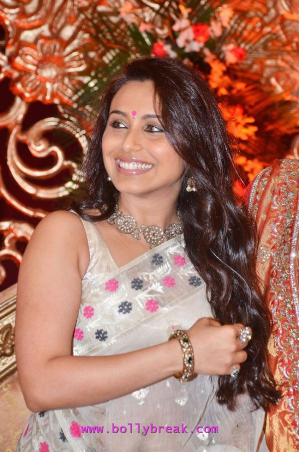 Rani Mukerji in bengali saree - Bengali Rani Mukerji at Bappa Taneeshas Reception in Saree