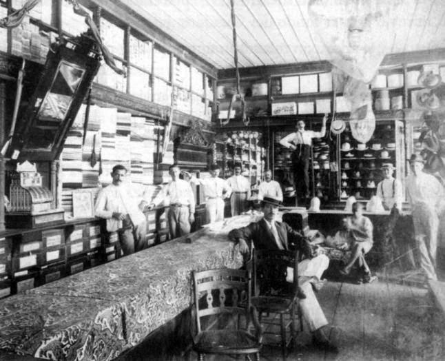 El interior de un establecimiento de venta de tejidos en 1910