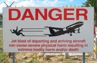 Cewek Terbang terkena hembusan Jet [Video]