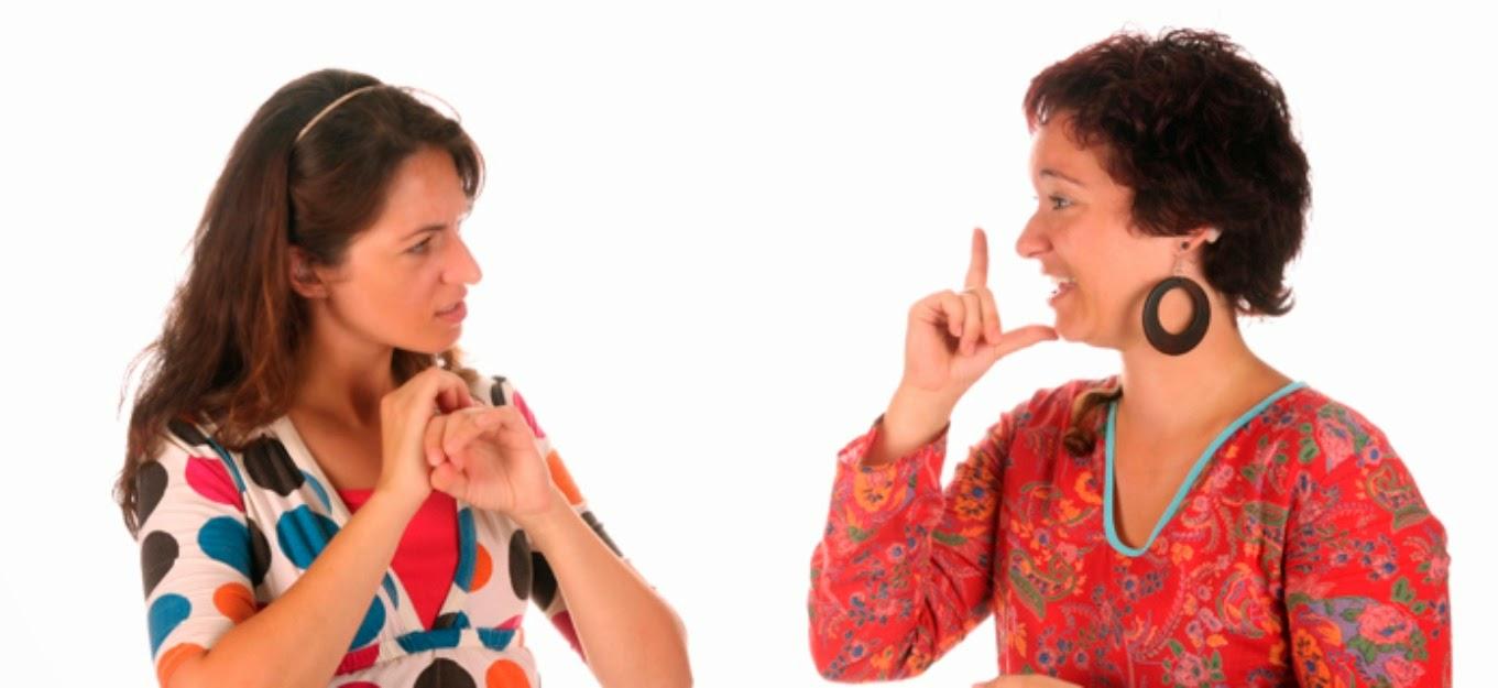 Mujeres hablando con lenguaje de señas