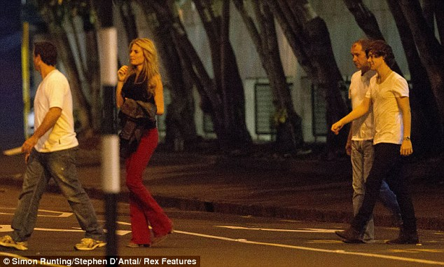 One Direction: FOTOS: Harry Styles beijando EMMA OSTILLY!