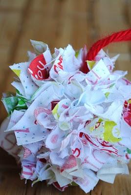 Riciclo creativo stoffa per una pallina di Natale divertente