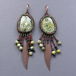 серьги дикие яшма зеленый коричневый  с перьями индейские этно