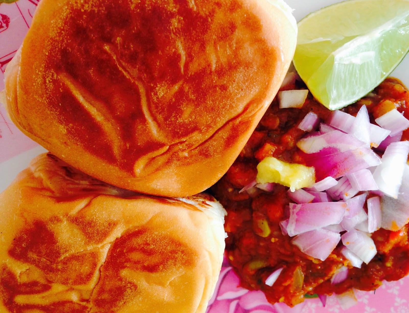 pav bhaji with lemon and onions