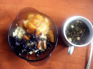 Jaglana z jagodami, miodem i brzoskwinią + zielona jablkowa herbata