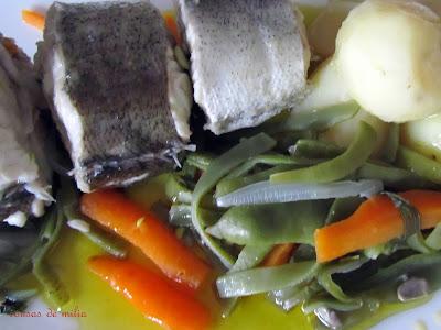 Merluza hervida con verduras y aceite de oliva