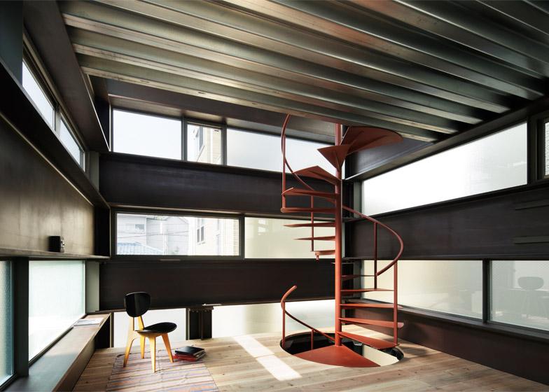 Casa in stile giapponese shinkabe rivisitata in chiave moderna con enormi travi di acciaio by - Connection between lifestyle home design ...